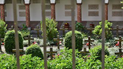 Hřbitovem zněla salva