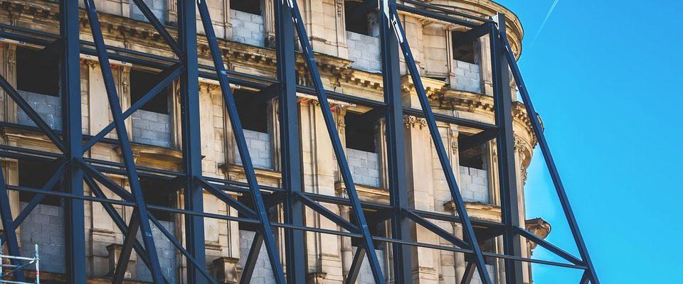 Rekonstrukce bytového domu na Mostecké úspěšně dokončena